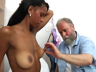 Bearded elderly Gynecologist Checks-Up In every direction crevasses Of youthful Exotic chick freeporn